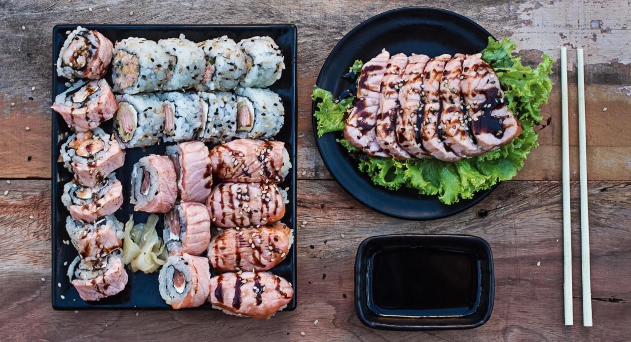 28 peças, ( 6 sashimi salmão, selado, 4 niguiri salmão flambado, 4 philadelfia especial flambado, 4 itibance, 4 skin, 6 ebiten especial)