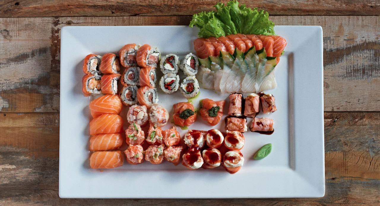 58 peças, ( 8 philadelfia, 4 niguiri salmão, 6 joy geleia, 6 joy salmão, 8 joy bamboo, 4 alcapone, 2 tartar de salmão, 4 ebiten especial, 8 sashimi salmão, 8 sashimi peixe branco).
